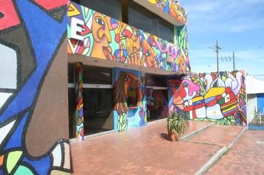 An der Wand seht ihr versch. Flaggen Lateinamerikas.