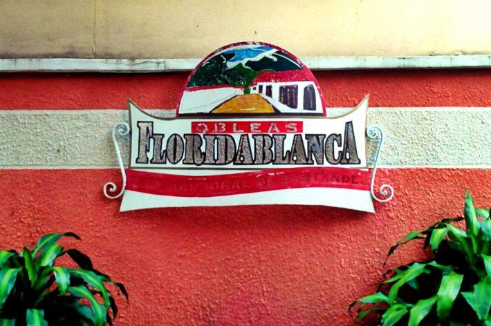 Das Schild im Garten/Innenhof des Restaurants.