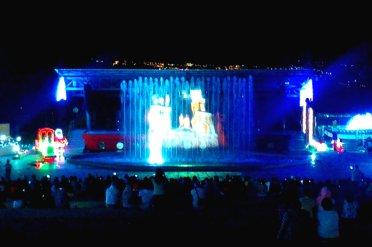 Von den Stufen aus genossen wir die Tänze und diese Lichtershow auf dem Vorhang der Wasserfontäne.