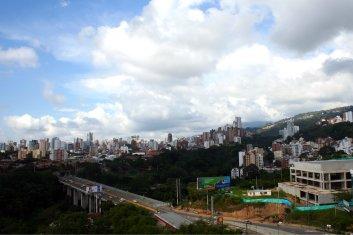 Trotz der vielen Betonbauten und Straßen finde ich, dass die Stadt grün aussieht.