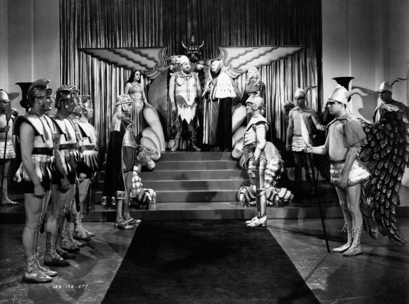 1936: A meeting between King Vultan and Ming the Merciless, played by Jack 'Tiny' Lipson (1901 - 1947) and Charles Middleton (1879 - 1949) in episode seven of the sci-fi classic 'Flash Gordon', directed by Frederick Stephani. (Photo via John Kobal Foundation/Getty Images)