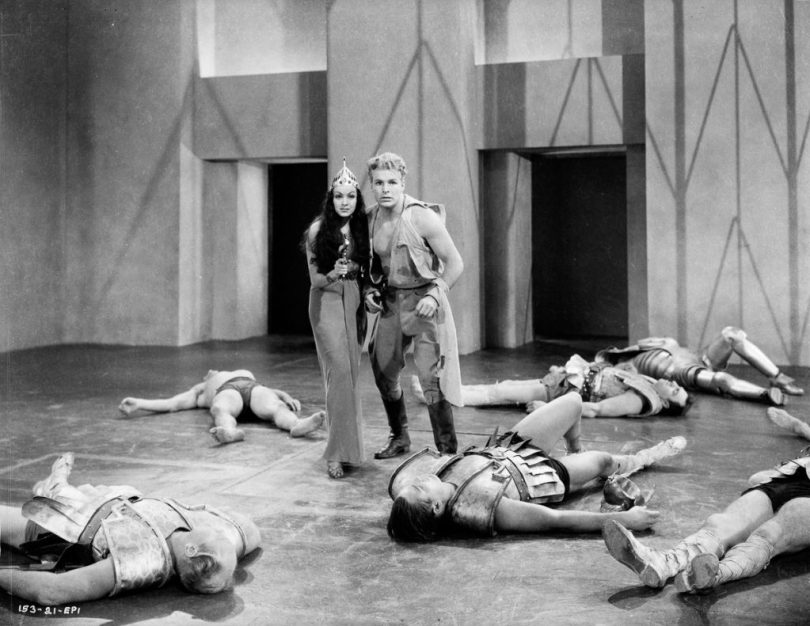 1936: Flash (played by Buster Crabbe, 1908 - 1983) allies himself with the beautiful Princess Aura (Priscilla Lawson, 1914 - 1958) in a scene from episode one of the sci-fi classic 'Flash Gordon', directed by Frederick Stephani. (Photo via John Kobal Foundation/Getty Images)