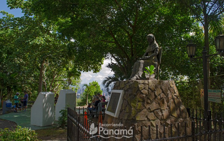 Statue of Amelia Denis de Icaza. In the background a viewpoint with benches to rest