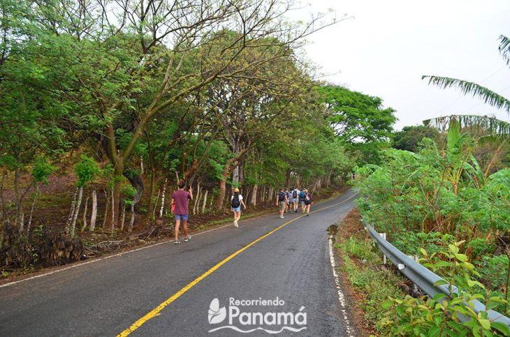 Luego de dejar los autos, iniciamos a caminar hacia la entrada del sendero.