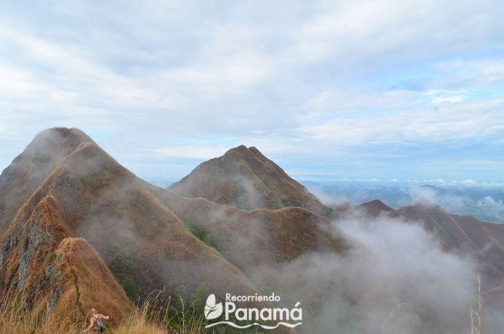 Los Picachos de Olá con neblina.