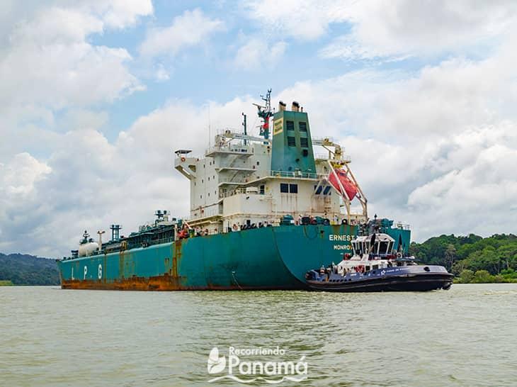 Buque pasando por las aguas del Canal de Panamá.