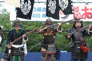 Recreadores históricos armados con tanegashima en Japón.