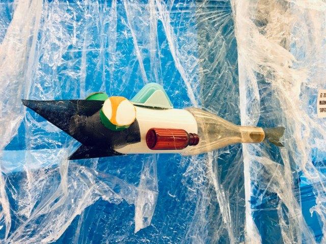 Instalacion artistica participativa plastico oceano