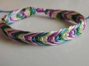 Los brazaletes con hilos le dan un vibra juvenil a tu look
