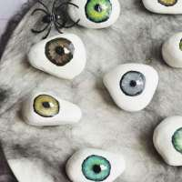 Super easy tutorial on how to paint realistic eyeballs on rocks for Halloween