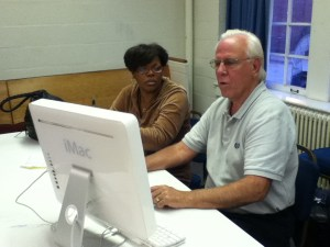 MRC Volunteer Jim Ritz works with a client's iMac