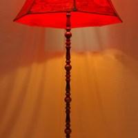 Ein Lampenschirm in knallrot für eine alte Stehlampe - schönes Licht