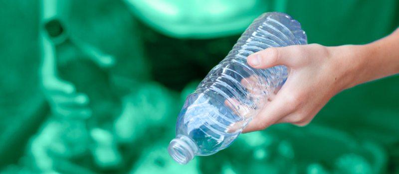 De l'eau de source et des déchets en plastique, un mariage difficile