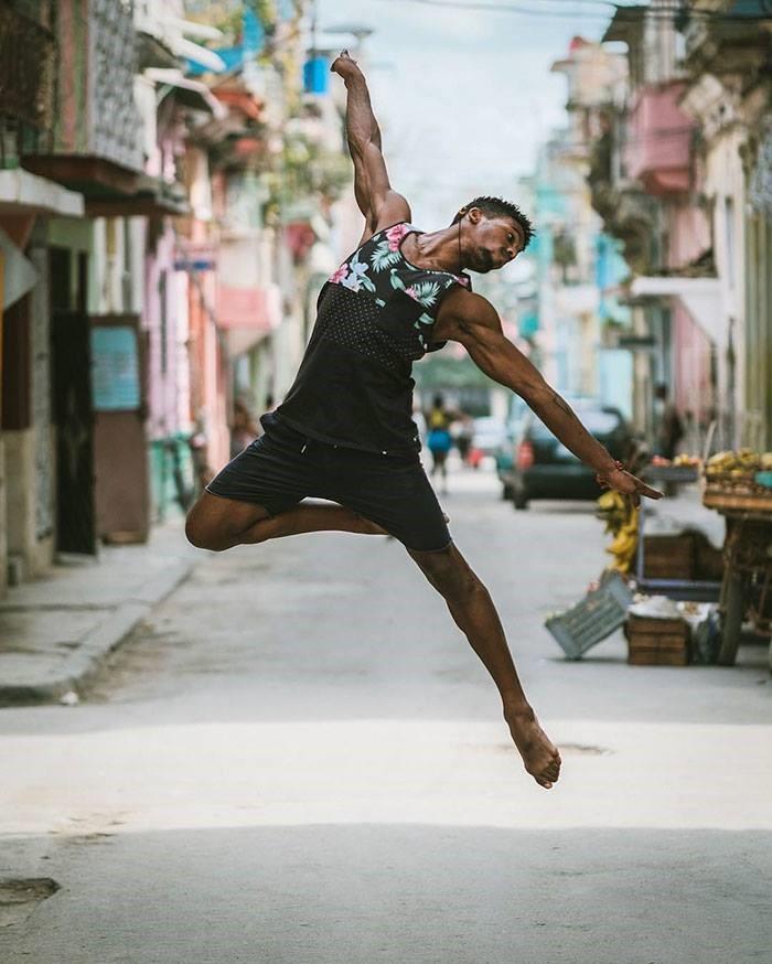 Bailarines en las calles de la habana