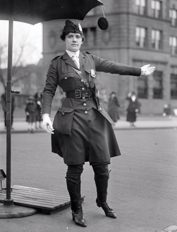 primera mujer controladora del trafico vehicular