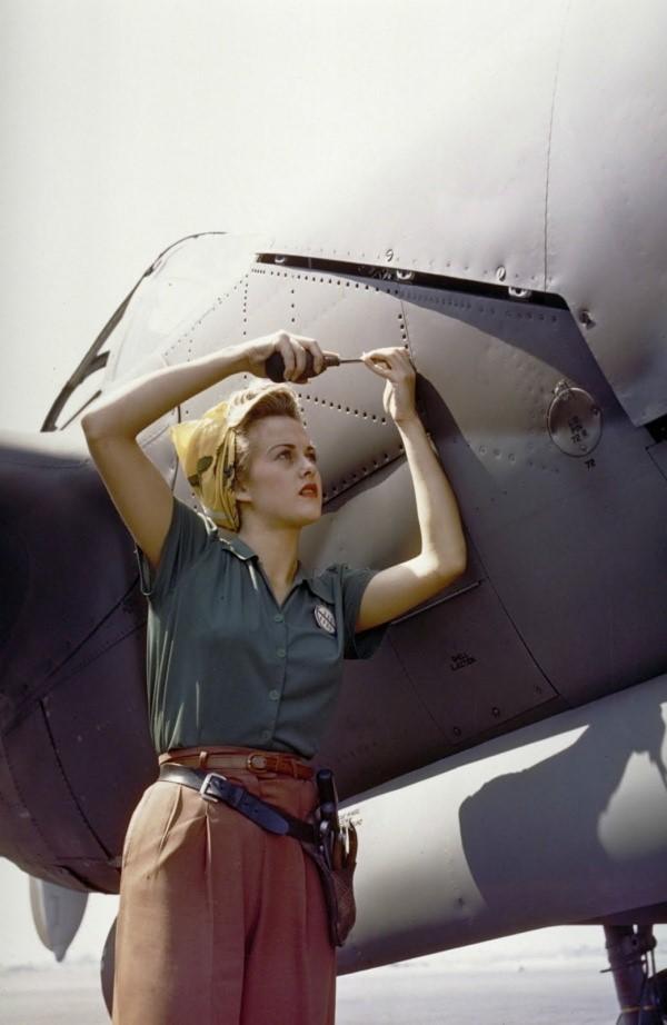 mujer trabajadora en ensambladora de aviones