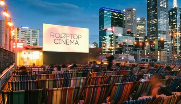 Suas sessões ocorrem no terraço de um edifício, em Melbourne. As pessoas sentam em cadeiras de praia e aproveitam tanto o filme quanto a vista.