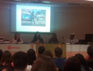 Retratos e Relatos Africanos. Da esquerda para a direita, Jéssica dos Anjos (aluna), Prof. Dra. Emi Koide e Carolina Simionato (aluna).