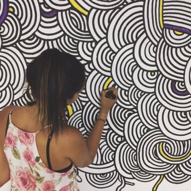 Giulia fazendo arte no Diretório da FAU