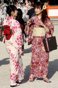 70f27ebd5 O kimono, dependendo de estampas e cores, é usado de acordo com a ocasião,  estação do ano, sexo, grau de parentesco ou estado civil da pessoa que o  usa.