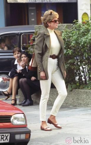 45615_lady-di-look-casual-pantalon-beige-chaqueta-verde