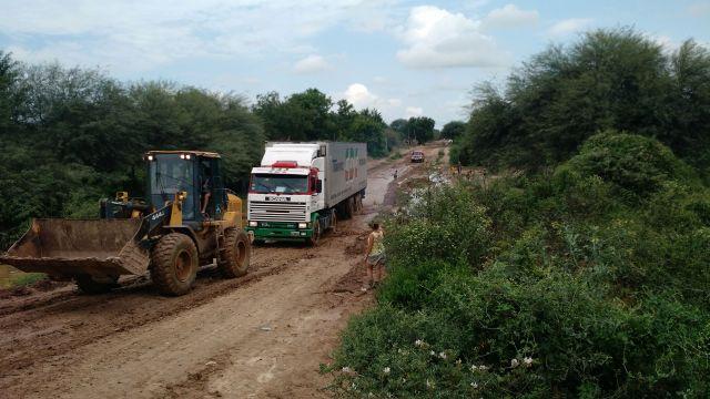 Para entrar al pueblo los camiones necesitaron la ayuda de un tractor.