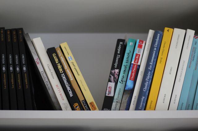 En su estudio de trabajo, Piñeiro tiene algunos de sus libros traducidos.