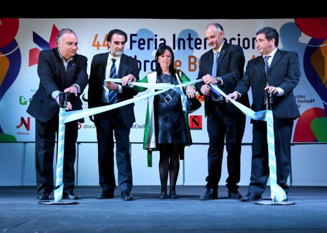 Las autoridades de la Feria del Libro junto a Claudia Piñeiro en la fallida inauguración de anoche. Foto: Télam.