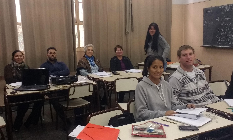 Luz Marina (fondo a la izquierda) junto a sus compañeros en la primaria para adultos Manuel Belgrano, en La Boca.