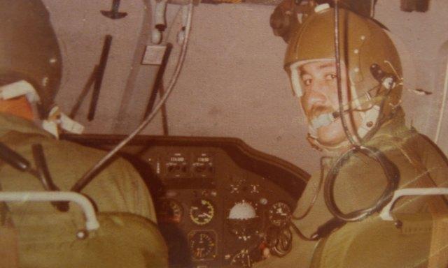 Enrique a bordo de su helicóptero. En su carrera realizó más de 14 mil horas de vuelo.