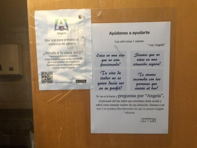 Un cartel con instrucciones para mujeres en peligro, en el bar de Fernando Zerega.