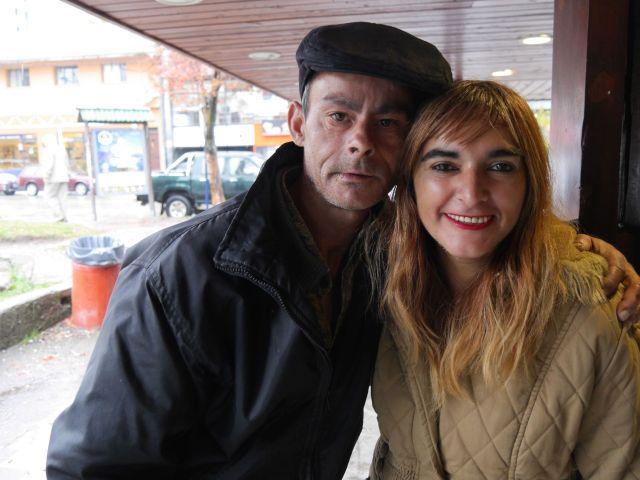 José González y Angie Barrios estuvieron internados por cuadros graves de psicosis aguda. Ahora viven juntos en una casa en Bariloche. / Fotos: Lucía Wei He