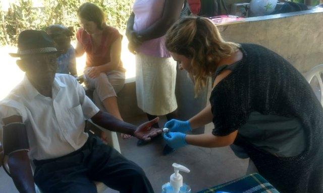 Al hospital local llegan donaciones de todo el mundo que son administradas por los voluntarios.
