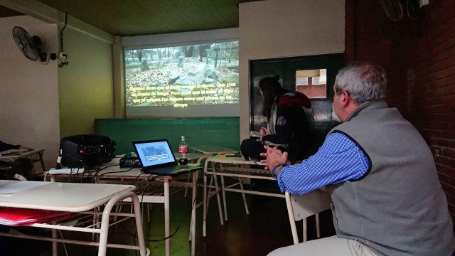 Aguerre en una de sus clases en el colegio secundario Santo Tomás de Aquino. Les muestra un video clip a los chicos y les propone debatir sobre lo que vieron.