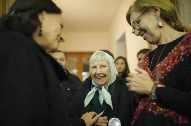 Desde la izq.: Lita Boitano (de la organización Familiares de Desaparecidos y Detenidos por Razones Políticas), Vera Jarach (madre de Franca Jarach, una estudiante de 18 años desaparecida y vista por última vez en la ESMA) y Alejandra Naftal.