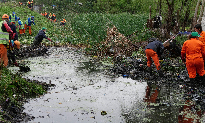 Por mes levantan 400 toneladas de basura que flota sobre el espejo de agua.
