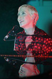 "Annie Lennox si-a prezentat noul material discografic ""Christmas Cornucopia"""