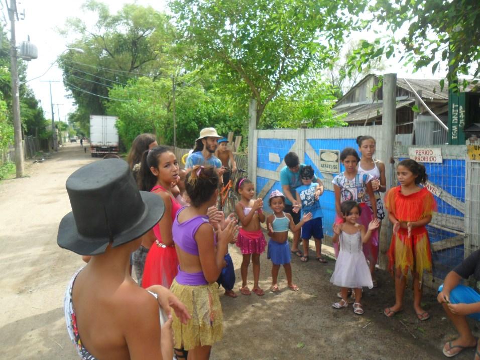 Leitores com suas fantasias presentearam os moradores da Ilha Grande dos Marinheiros com mais um cortejo. Desta vez , poesias e marchinhas de carnaval animaram a comunidade.