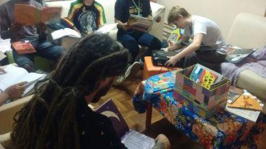 Grupo concentrado na escolha e leitura dos livros que irão preparar.