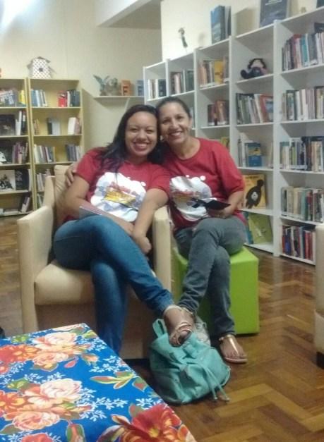 As educadoras Rafaele Siqueira e Neusa Dias vestindo a camiseta do Redes de Leitura.