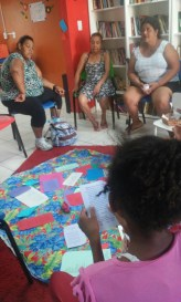 A leitora Maria Eduarda recitando poemas no Sarau das Mulheres da Biblioteca Comunitária Chocolatão.
