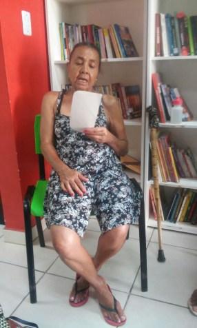 Tia Lena, moradora e leitora da comunidade também declamou poemas!