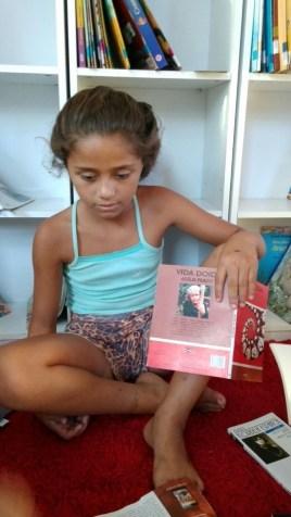 Ketlen escolheu uma poesia da Adélia Prado para declamar no Sarau das Mulheres da Biblioteca Comunitária do Arquipélago.