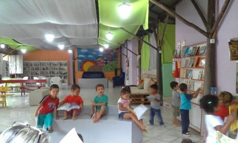 Depois de ouvirem as histórias, as crianças da EEI Vila Mapa II desfrutam do espaço aconchegante da biblioteca e dos livros infantis.