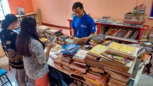 Seleção e descarte das doações recebidas pela biblioteca.