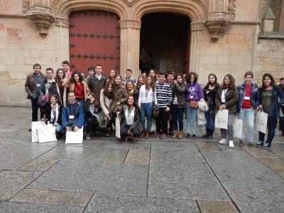 Los participantes en la I O.F.E. posan a la puerta de la Universidad de salamanca