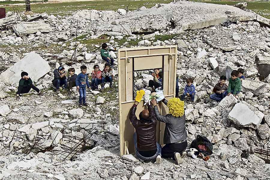 Arte y amor a los niños, en ruinas de Siria
