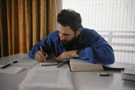Fidel-revisa-el-manuscrito-de-la-entrevista-que-le-hiciera-el-fotorreportero-Lee-Lockwood-mayo-de-1966-768x512