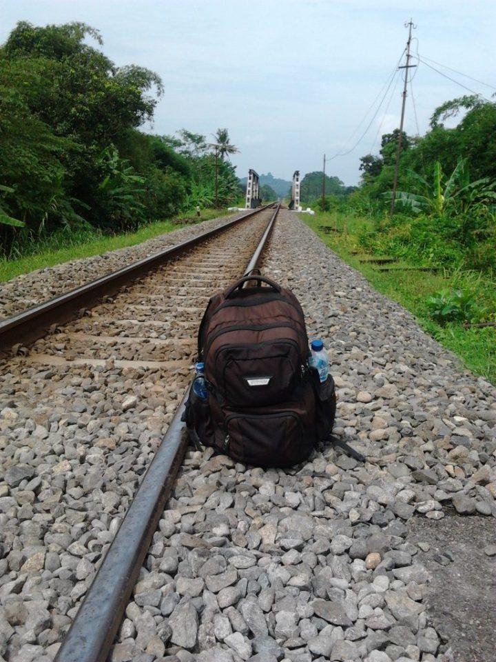 melewati rel kereta dalam perjalanan yogyakarta purwokerto dengan sepeda