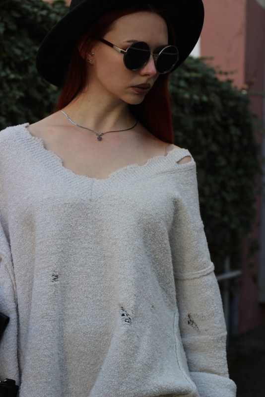 redheadventurer-liza-laboheme-fashion-outfit-distressed-oversized-sweater-necklace-1